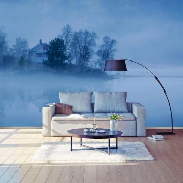 wandmotiv24 fototapete abend nebel see haus seeblick reflexionen wasser wald nebelig blau. Black Bedroom Furniture Sets. Home Design Ideas